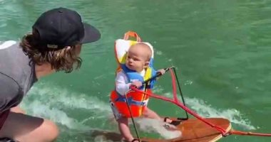 رضيع أميركي أصغر متزلج على الماء