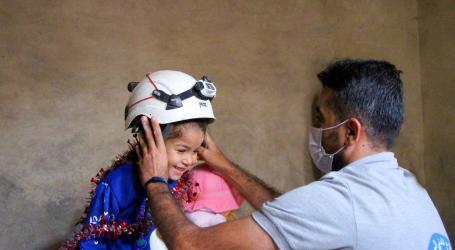 """الخوذ البيضاء يلبي طلب الطفلة رشا في إدلب على إثر منشور """"فيسبوك"""" فما القصة؟"""