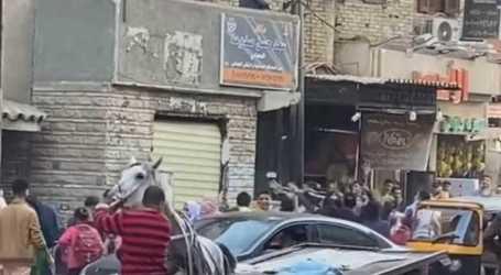 ثري مصري يلقي بأمواله على المارة من شرفة منزله .. شاهد