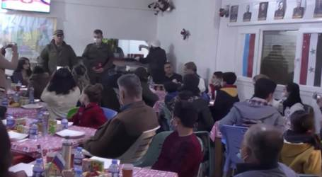 جنود روس يعلمون طلاب سوريين اللغة الروسية في القامشلي