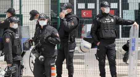 السلطات التركية تلقي القبض على لاجئين سوريين ملفوفين بالقصدير