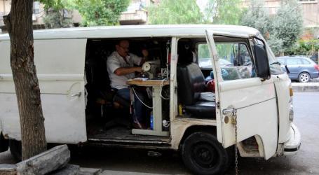 خيّاط سوري يحوّل سيارة فان إلى ورشة متنقلة في دمشق