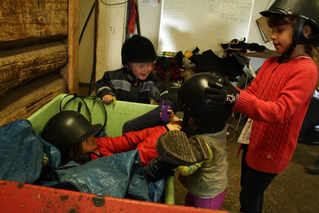 kids-plaing-in-the-barn