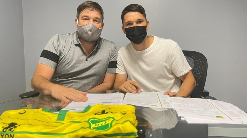 Tomás Martínez firmó en Defensa