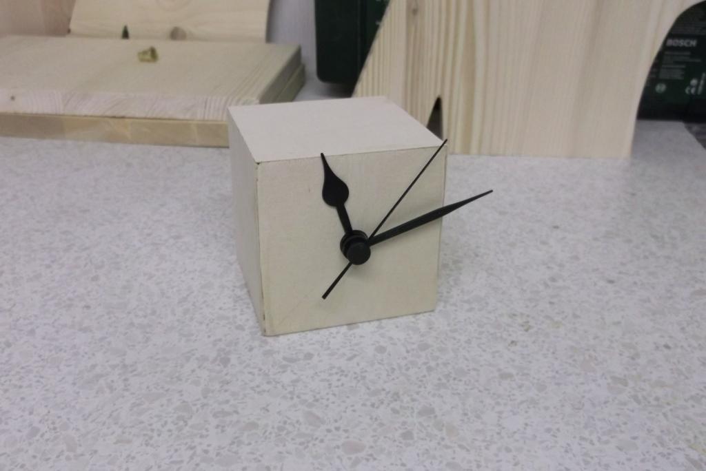 Firmenlogo mit Uhr