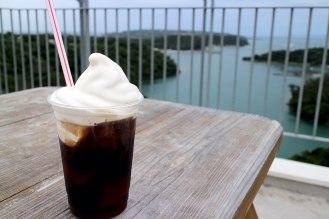 「おっぱアイス」の乗ったコーヒー