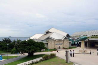 海をバックに見えてきた水族館。期待が高まります