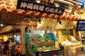 沖縄料理のお店も遅くまで営業しています