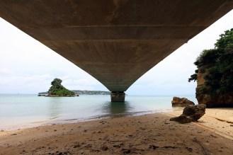 橋の真下から珍しいアングルで