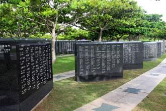 平和の礎には約24万人の名前が刻まれています
