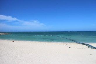 白い砂浜と青い海、空のコントラスト