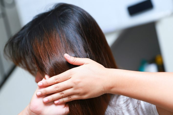 10 نصائح لإعادة نمو شعرك طبيعيًا - امتلاك شعر أفضل - تقوية الشعر وتحفيز نموه من جديد - تحسين كثافة الشعر - خلايا الحليمة الجلدية
