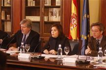 La vicepresidenta del Gobierno preside la reunión de la Comisión del IV Centenario de la muerte de Cervantes (Foto: Pool Moncloa