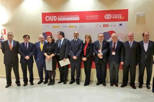 Susana Camareno posa con otros respresentantes de personas con discapacidad (Foto: Sanidad, Servicios Sociales e Igualdad)