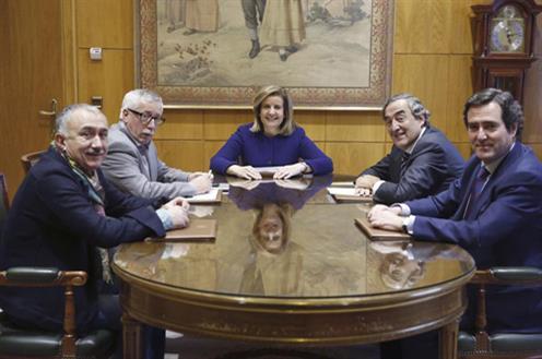 Fátima Báñez junto a los interlocutores sociales (Foto: EFE)