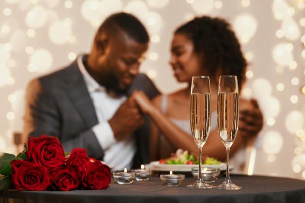 Viagem romântica e jantar dominam interesse de internautas para Dia dos Namorados