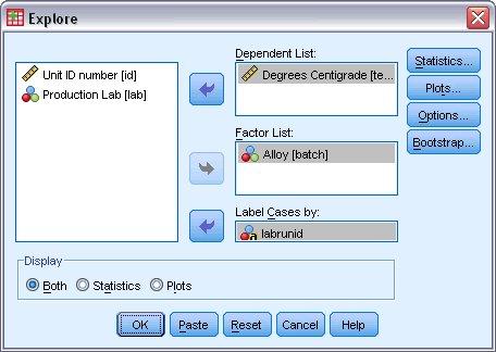 مربع الحوار استكشاف Explore مع تحديد المتغير (المتغيرات) التابعة والمتغير (المتغيرات) المستقلة وحالات التسمية حسب المتغير