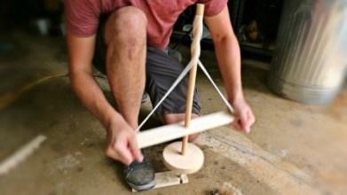 Membuat api dengan Pump Drill (Sumber: youtube.com)