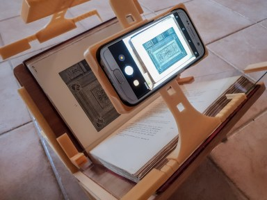 2018.09.26 - 3d-Printed Book-Scanning Frame for Smartphones 03