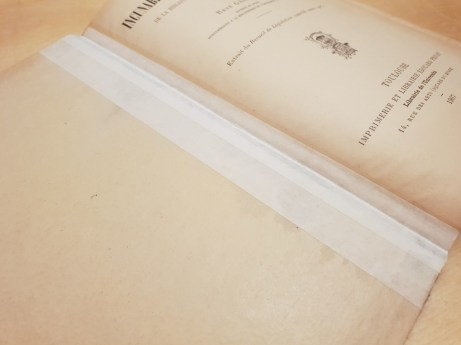 After checking again, I see there are marks suggesting, that the front cover was torn away from the original binding