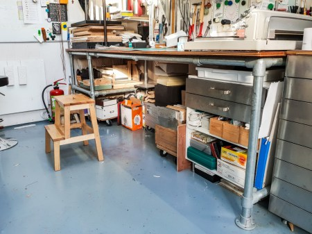 2019.03.08 - Visiting Nautilus Boekbinderij - Workbench of Eliane Gomes 01