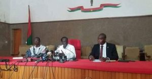 Le présidium de la Haite Cour de justice lors de la conférence de presse. Le juge Armand Ouédraogo ( centre)