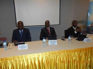 Le présidium de la cérémonie de lancement de l'OPV , le PDG Idrissa Nassa (Milieu)