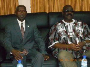 Lediplomate américain Tulinabo Mushingi(gauche) et le Président du Conseil constitutionnel Kassoum Kambou (droite)