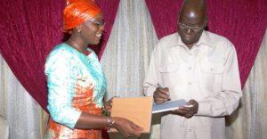 Le Président de l'Assemblée nationale, Dr. Salifou Diallo recevant une tablette des mains de la ministre de l'Économie numérique Aminata Sana/Congo