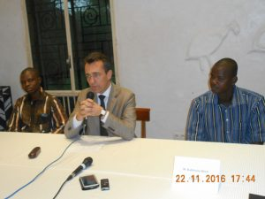 L'ambassadeur français entouré des deux lauréats