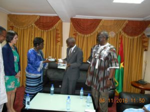 Le Conseil constitutionnel offrant un cadeau de souvenir à l'ambassadeur Tulinabo Mushingi