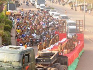 Une foule immense a accompagnes les valeureux soldats au cimetière