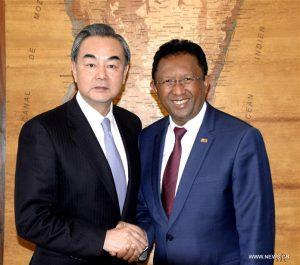 Le président malgache Hery Rajaonarimampianina et le ministre chinois des Affaires étrangères Wang Yi