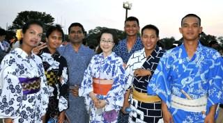 日本語教室の先生を囲んで記念撮影