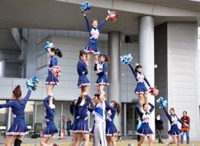 オープニングセレモニーで見事な演技を披露する大阪体育大学チアリーディング部のみなさん。