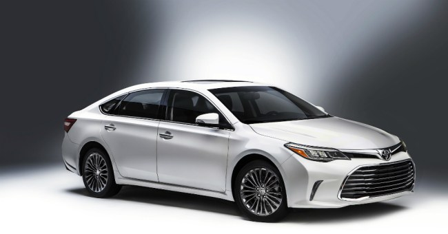 2016 White Toyota Avalon