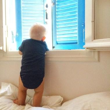 Mats_beobachtet_liebend_gerne_de_Kinder_drau_en_in_Pool_von_seinem_Bett_aus___mittagschlafwird_berbewertet__Mats__ichliebediesefensterl_den__streifenliebe__diegro_efahrt___tag48von61