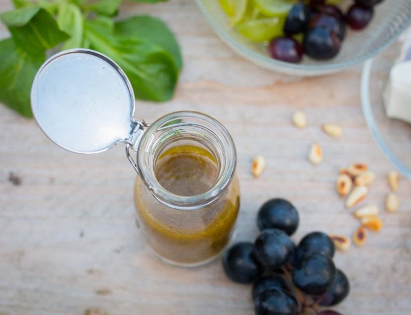 Traubensalat mit Feta, Pinienkerne und Feta ist ein super Sommersalat oder als Grillbeilage. Auf dem Blog findet ihr das einfache Rezept dazu | ichsowirso