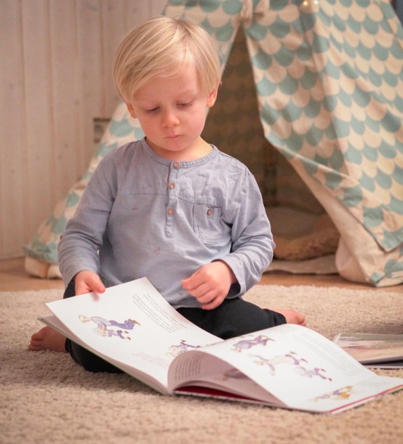 Bücher angucken im Wohnzimmer vor dem Tipi, wie gemütlich. Ich schreibe über die Helden meiner Kindheit. Bücher und Geschichten aus dem Tausendkind Shop von Pipi, Madita und Bibi. Und was davon kann ich an meine Kinder weiter geben. | Ichsowirso.de