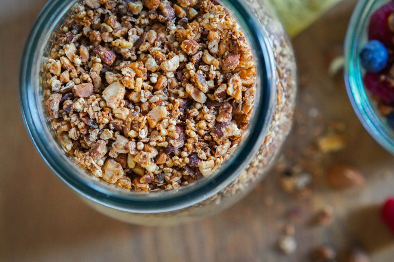 Granola, Crunch oder Topping, nennt es wie ihr wollt. Hier kommt mein Rezept für unser leckeres und schnelles Knusper Nuss Topping. Rezept auf dem Blog | Ichsowirso.de