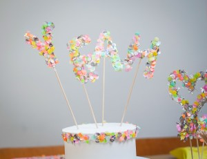 Caketopper aus Konfetti sind ein super DIY für Geburtstagskuchen oder als Verziehrung von Kuchen. Basteln zum Geburtstag mit Konfetti. Buntes und schnelles DIY | Ichsowirso.de