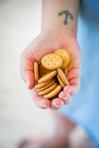 Die kleinen Kräcker von Sesamstraße Bio sind der beste Begleiter für Reisen und natürlich für diesen super leckeren selbstgemachten Dip | Ichsowirso.de