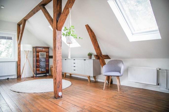 Eingewöhnungszeit n unserem neuen Haus auf dem Land. Wir sind hell und skandinavisch eingerichtet. Hier unser Zimmer mit Balken und Hängepflanze| Ichsowirso.de