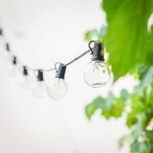 Eingewöhnungszeit n unserem neuen Haus auf dem Land. Wir sind hell und skandinavisch eingerichtet. Hier unser Innenhof mit Lichterketten. | Ichsowirso.de