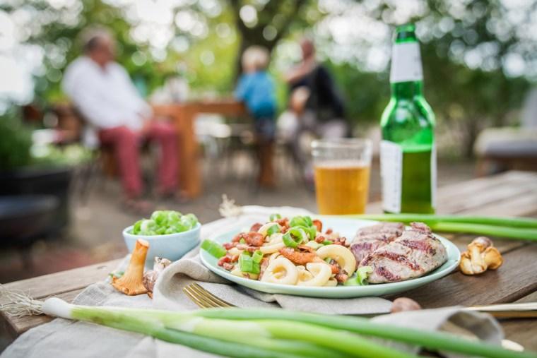 Grillrezept für einen herbstlichen besonderen Nudelsalat mit Pfifferlingen und Frühlingszwiebeln. Frisch und mit einen Hauch vom Herbst. Das Rezept findet ihr auf dem Blog | ichsowirso.de
