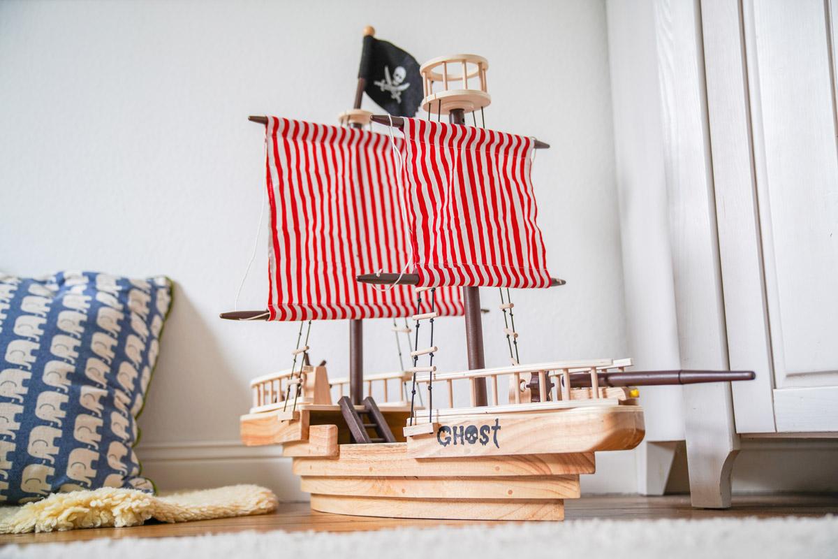 Piratenschiff aus Holz im KInderzimmer.Ein gemeinsames Kinderzimmer oder lieber ein eigenes Zimmer für die Zwillinge? Auf dem Blog teile ich meine Gedanken dazu und zeige euch das neue Kinderzimmer.