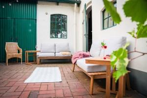 Unsere neuen Gartenmöbel in unserer Gartenlounge im Innenhof unseres alten Bauernhauses ist so gemütlich, dass ich auch hier wohnen könnte. Mehr dazu auf dem Blog!   Ichsowirso.de