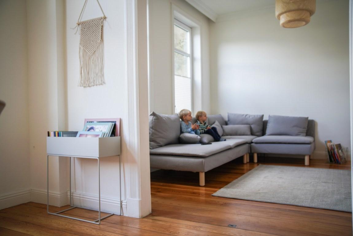 Unser Ikea Söderhamn in Grau im Wohnzmmer. Dazu ein Wallhanger makramee und die Plantbox von ferm