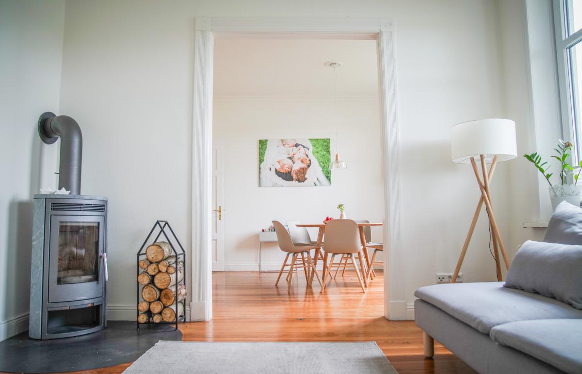 So schöne Holztische haben wir für unseren Essbereich und das Wohnzimmer gefunden. Lange war ich auf der Suche nach Tischen und Stühlen im modernen und skandinavischen Design und nun bin ich ganz verliebt in unsere Essbereiche | Ichsowirso.de
