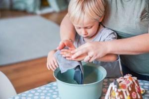 Tipps zum stressfreien Kekse backen mit kindern. Auch beim Verzieren des Lebkuchen Häuschens super anzuwenden.   Ichsowirso.de
